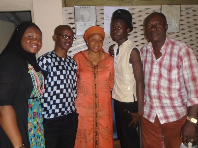 la Présidente de l'ONG FEDEP avec SENTINELLE CONTE et les membres du groupements.