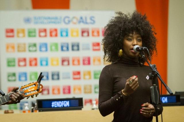 La chanteuse malienne Inna Modja chante lors d'une réunion à l'ONU consacrée à l'élimination des mutilations génitales féminines. Photo ONU/Manuel Elias